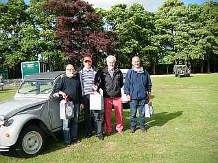 Peter and three French 2CV drivers, who gave free car rides during the Fete